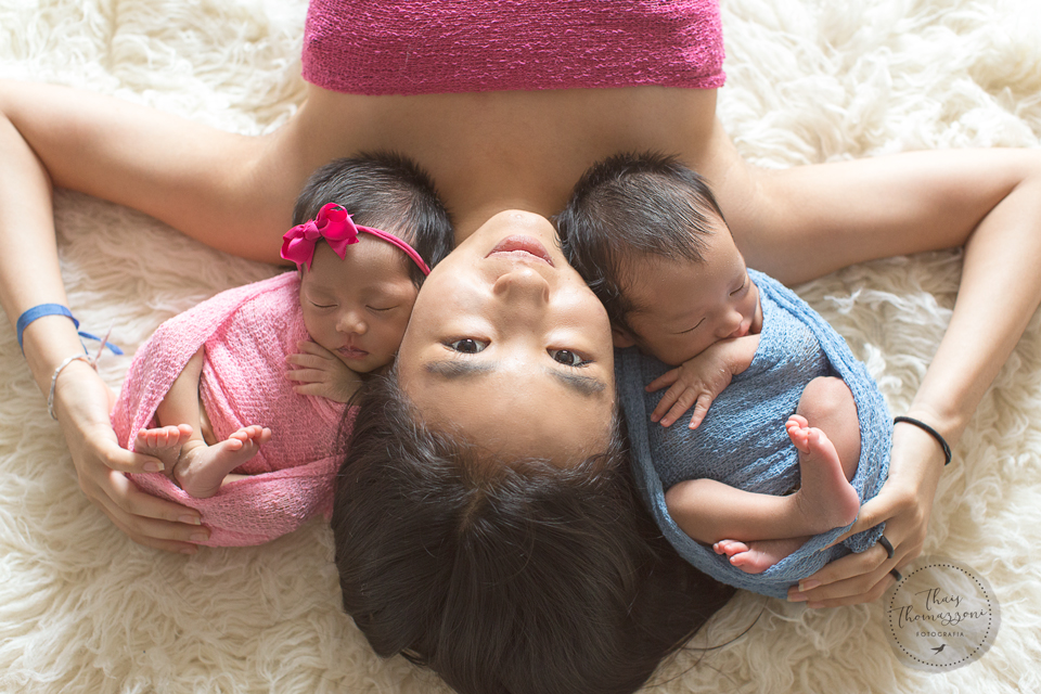 ensaio newborn de gêmeos com irmãos