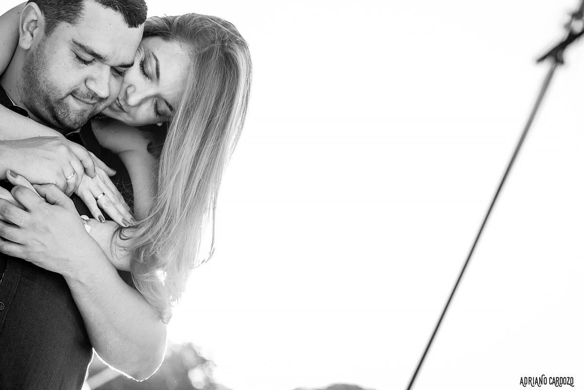 Casal romantico em ensaio pré casamento