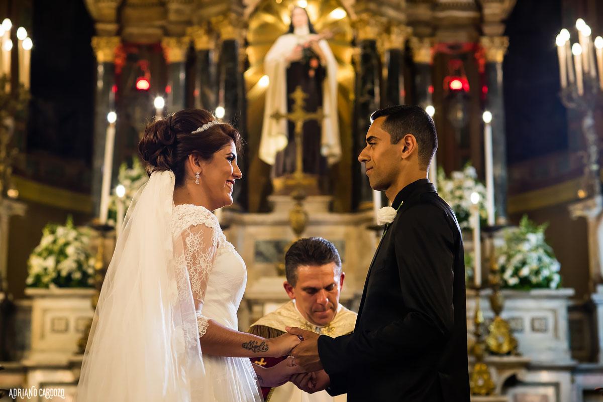 Alegria dos noivos na igreja
