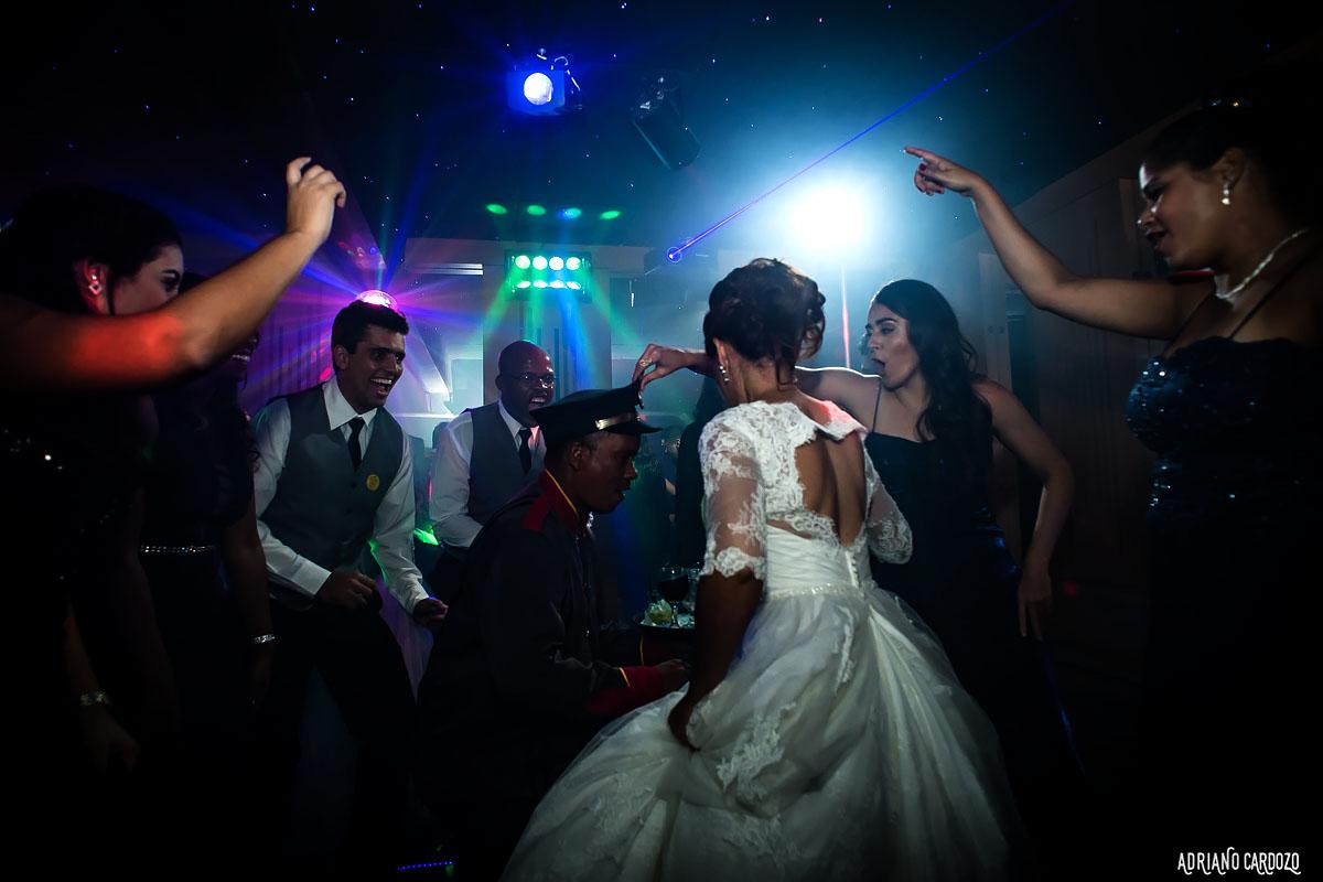 Noiva se divertindo na pista de dança