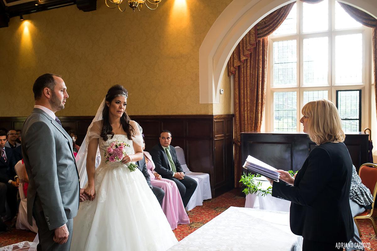 Noivos no altar - Casamento em Londres