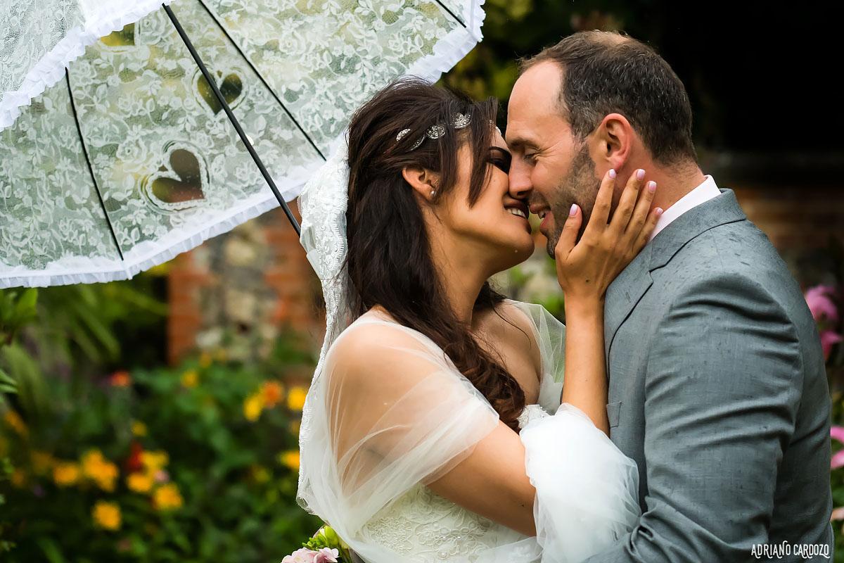 Beijo apaixonado - Casamento em Londres