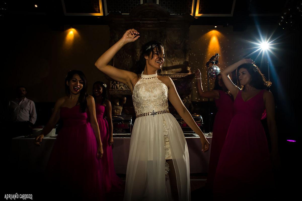 Noiva dançando na pista - Londres