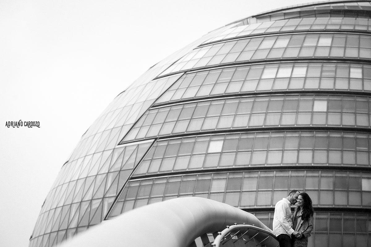 Noivos se abraçando em ensaio pré-casamento em Londres
