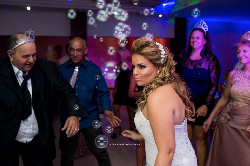 Fotografia de Casamento no RJ com Cerimônia e Festa feita na casa de festa Festmel na Penha por Adriano Cardozo