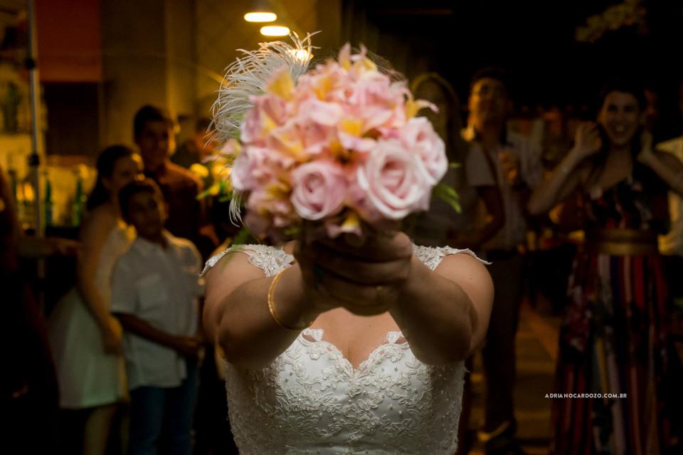 Fotografia de Casamento no RJ feita no Bistrô Ouvidor no Centro do RJ para comemoração de Bodas de Turquesa. Festa de Casamento no Bistrô Ouvidor no Centro do Rio de Janeiro. Noiva Jogando o Buquet por Adriano Cardozo
