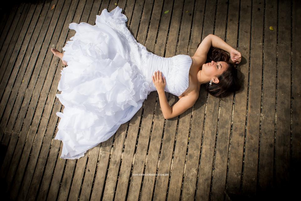 Fotografia de Casamento feita em Búzios no RJ com ensaio de casal estilo Trash The Dress realizado na praia da Ferradura por Adriano Cardozo