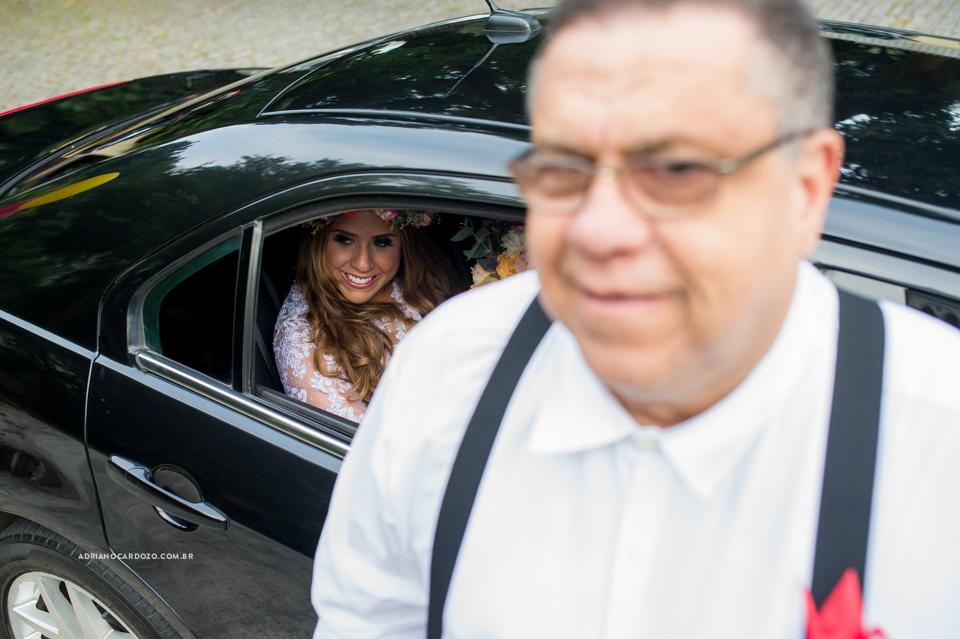 Noiva no Carro. Fotografia de Casamento RJ. Casamento na Capela Nossa Senhora das Graças, em Botafogo por Adriano Cardozo.