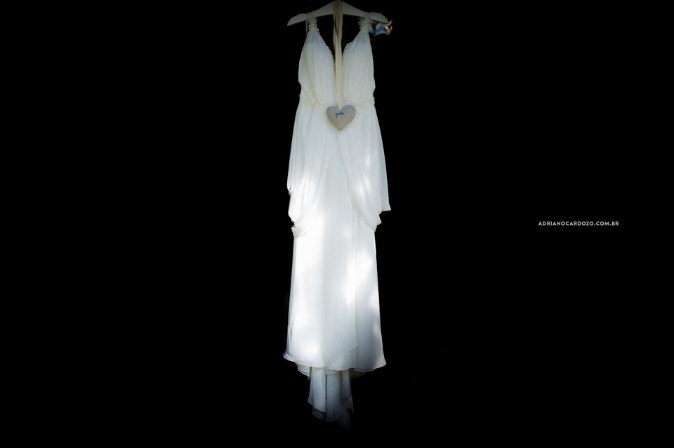 Fotografia de Casamento na Barra da Tijuca, no Rio de janeiro por Adriano Cardozo. Foto do vestido da noiva.