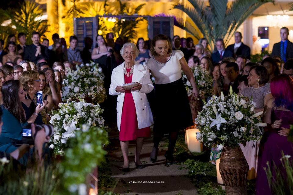 Entrada das alianças. Cerimônia de Casamento no RJ na Casa de Festas Casuarinas por Adriano Cardozo