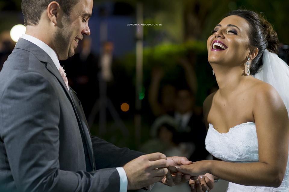 Troca de alianças. Cerimônia de Casamento no RJ na Casa de Festas Casuarinas por Adriano Cardozo