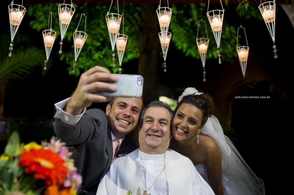 Self com o Padre. Cerimônia de Casamento no RJ na Casa de Festas Casuarinas por Adriano Cardozo