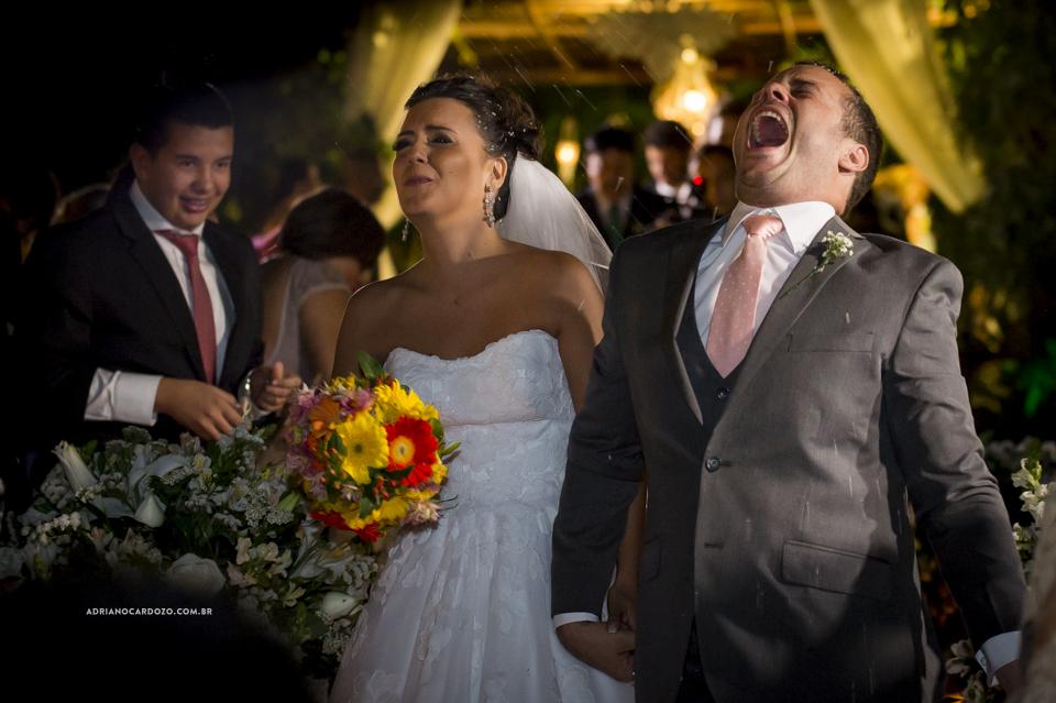 Saída dos Noivos. Cerimônia de Casamento no RJ na Casa de Festas Casuarinas por Adriano Cardozo