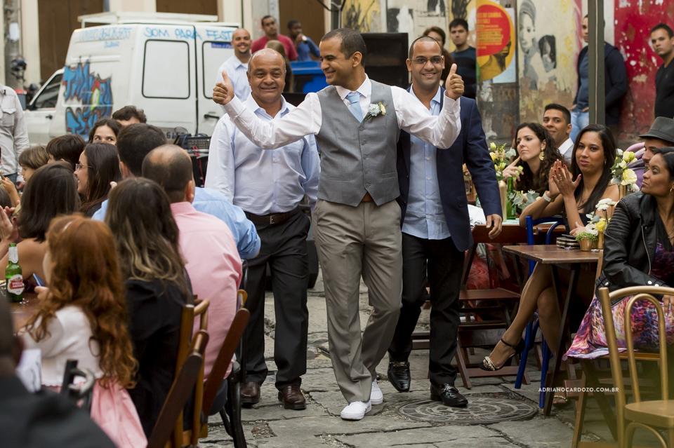 Entrada do Noivo. Casamento na Pedra do Sal no Rio de Janeiro por Adriano Cardozo