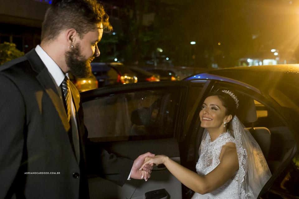 Noiva saindo do carro. Cerimônia no Iate Clube Icaraí por Adriano Cardozo
