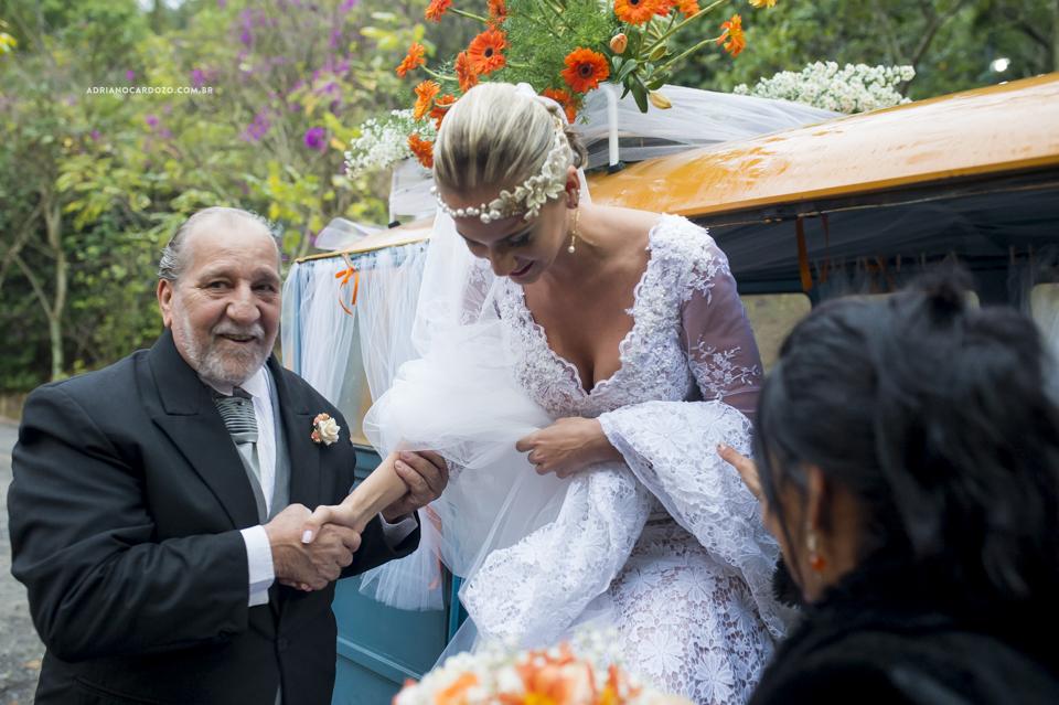 Noiva no Carro. Cerimônia de Casamento no Sítio Bom Tempo em MIguel Pereira por Adriano Cardozo