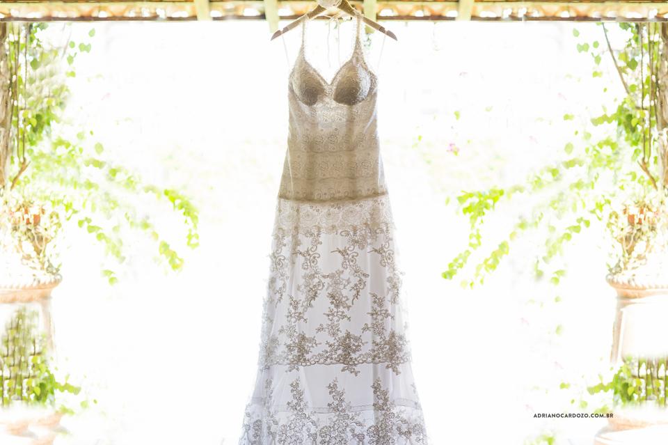 Vestido da Noiva. Fotografia de Casamento RJ. Casamento no Sítio Pedaço do Paraíso, por Adriano Cardozo.
