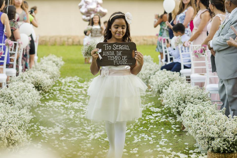 Cerimônia de dia, entrada das daminhas. Fotografia de Casamento RJ. Casamento no Sítio Pedaço do Paraíso, por Adriano Cardozo.