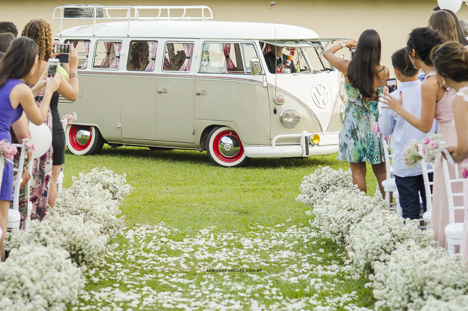 Cerimônia de dia, noiva entra de Kombi. Fotografia de Casamento RJ. Casamento no Sítio Pedaço do Paraíso, por Adriano Cardozo.