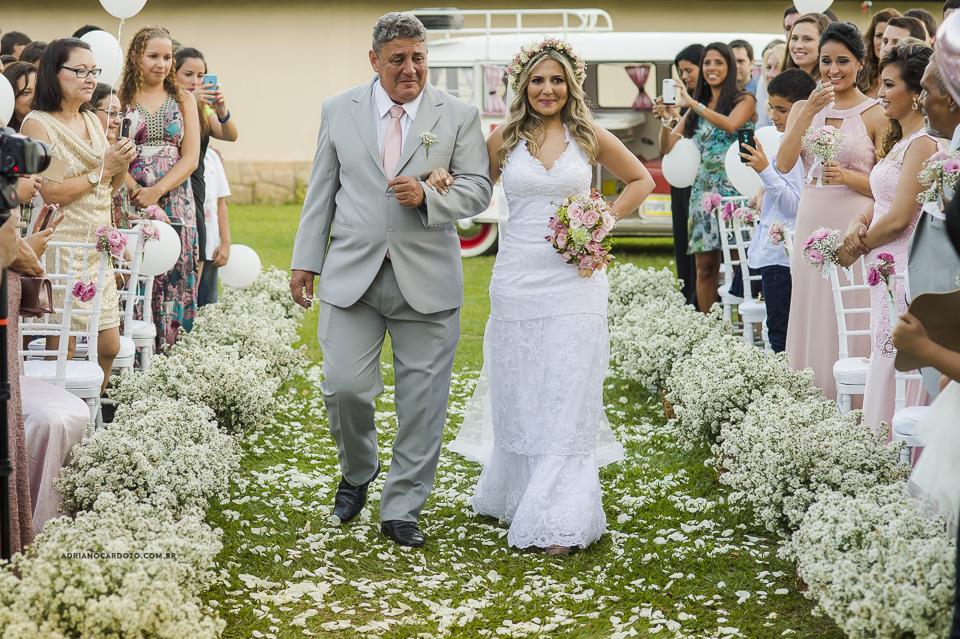 Casamento com Cerimônia de dia. Entrada da Noiva. Fotografia de Casamento RJ. Casamento no Sítio Pedaço do Paraíso, por Adriano Cardozo.