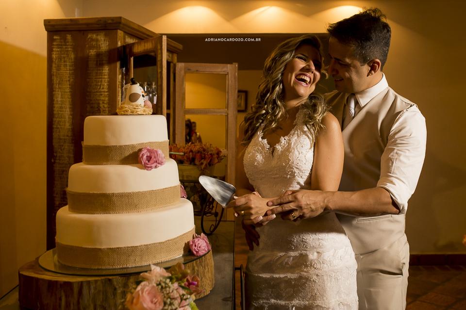 Festa de Casamento. Corte do Bolo. Fotografia de Casamento RJ. Casamento no Sítio Pedaço do Paraíso, por Adriano Cardozo.
