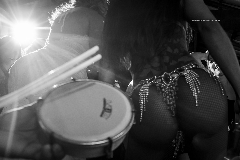 Festa de Casamento. Escola de samba. Fotografia de Casamento RJ. Casamento no Sítio Pedaço do Paraíso, por Adriano Cardozo.