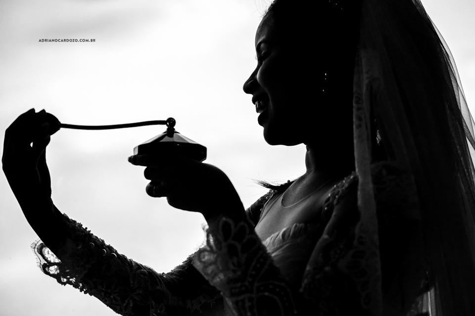 Casamento RJ. Making Of no Hotel Hilton, noiva se perfumando por Adriano Cardozo