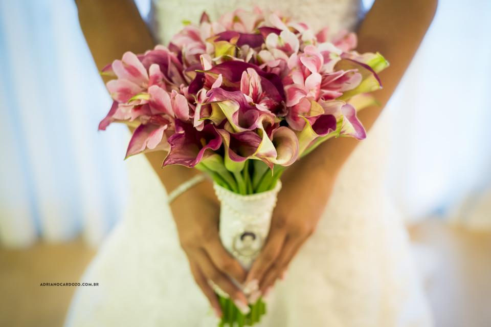 Fotografia de Casamento RJ. Making of da Noiva. Buquê da Noiva. Sítio Rei do Gado por Adriano Cardozo