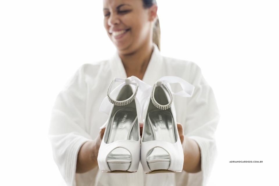 Fotografia de Casamento RJ. Making of da Noiva. Sapato da Noiva. Sítio Rei do Gado por Adriano Cardozo