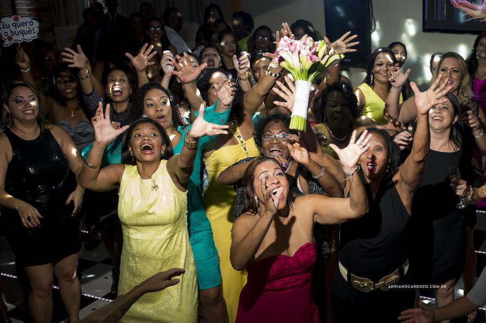 Fotografia de Casamento RJ. Noiva Jogando o Buquê. Festa no Sítio Rei do Gado por Adriano Cardozo