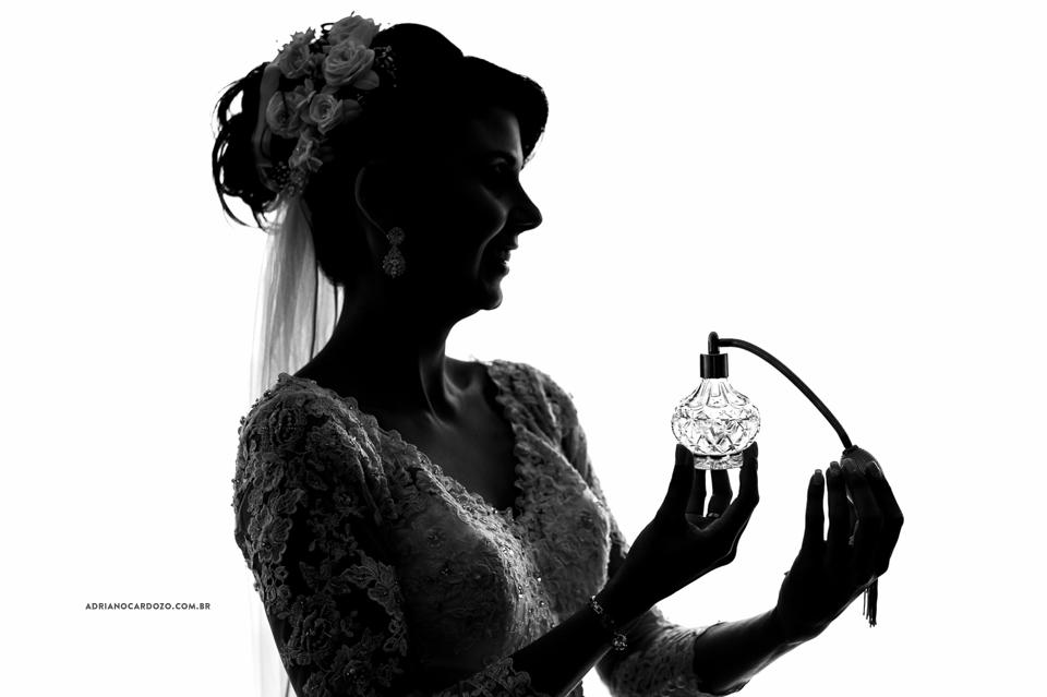 Fotografia de Casamento RJ. Making of da Noiva no Hotel Atlântico Sul por Adriano Cardozo. Perfume da Noiva