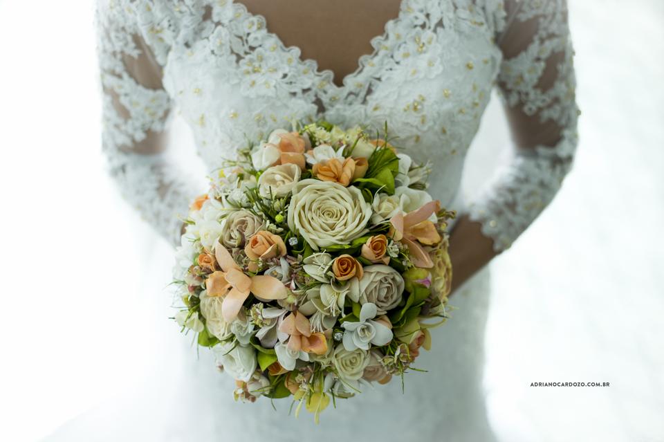 Fotografia de Casamento RJ. Making of da Noiva no Hotel Atlântico Sul por Adriano Cardozo. Buquê da Noiva