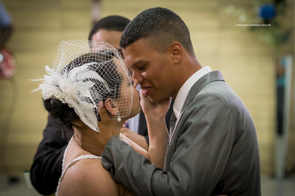 Fotografia de Casamento no Rio de Janeiro. Hora do beijo. Cerimônia na Igreja Metodista Central por Adriano Cardozo