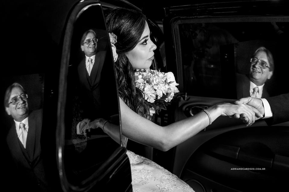 Fotos de Casamento RJ. Cerimônia de casamento na Casa do Alto. Pai busca noiva no carro por Adriano Cardozo.
