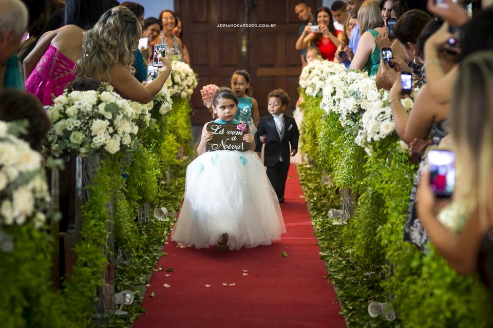 Casamento RJ. Cerimônia na Paróquia N. S. de Fátima, entrada das daminhas por Adriano Cardozo.