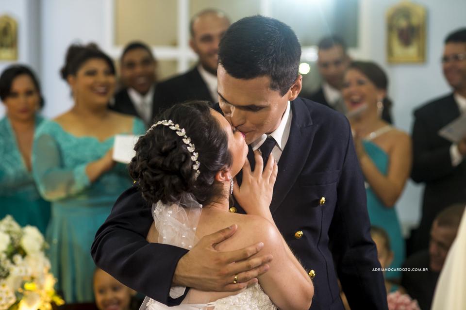 Casamento RJ. Cerimônia na Paróquia N. S. de Fátima, hora do beijo por Adriano Cardozo.