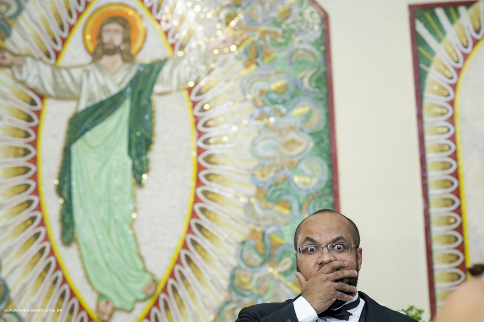 Fotógrafo de Casamento no Rio de Janeiro. Cerimônia na Igjeja São Roque de Valqueire. Noivo espernado a noiva por Adriano Cardozo