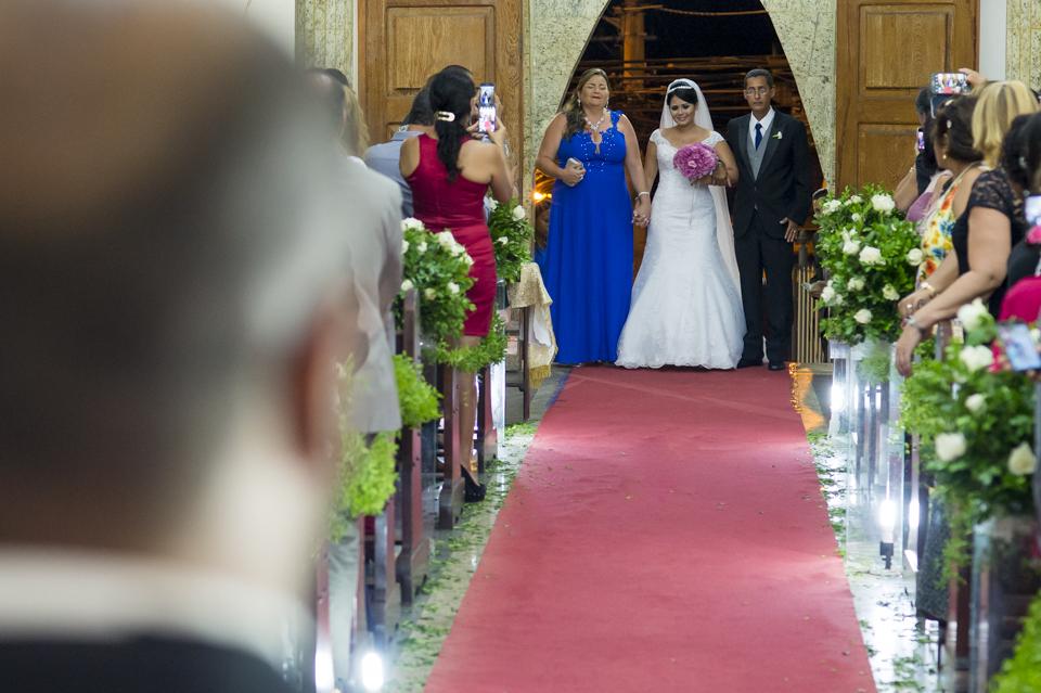 Fotógrafo de Casamento no Rio de Janeiro. Cerimônia na Igjeja São Roque de Valqueire. Entrada da Noiva por Adriano Cardozo