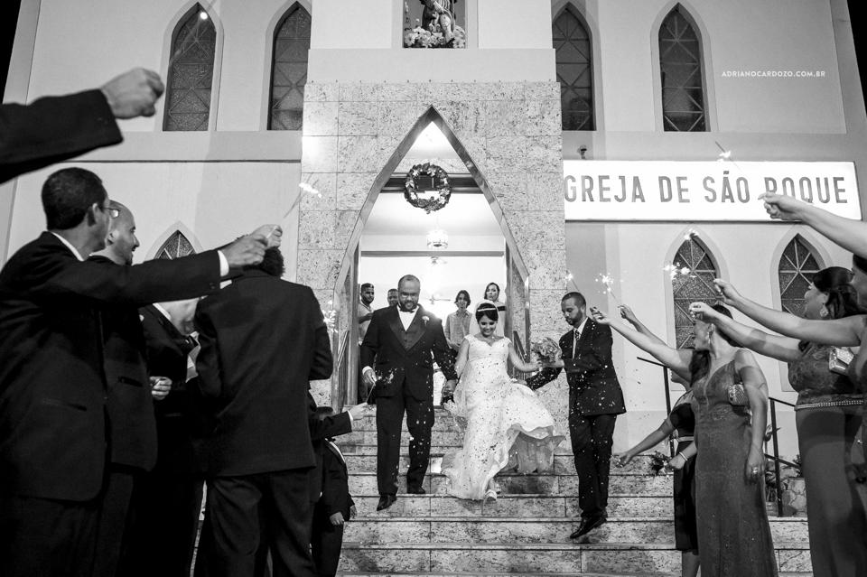 Fotógrafo de Casamento no Rio de Janeiro. Cerimônia na Igjeja São Roque de Valqueire. Saída dos noivos por Adriano Cardozo