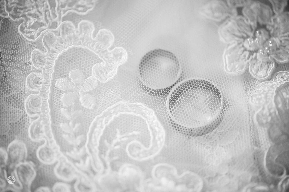 Fotografia de Casamento no Rio de Janeiro. Fotógrafo de Casamento RJ. Making Of da Noiva no Windsor Barra. Fotos das alianças. Aliança de noivado
