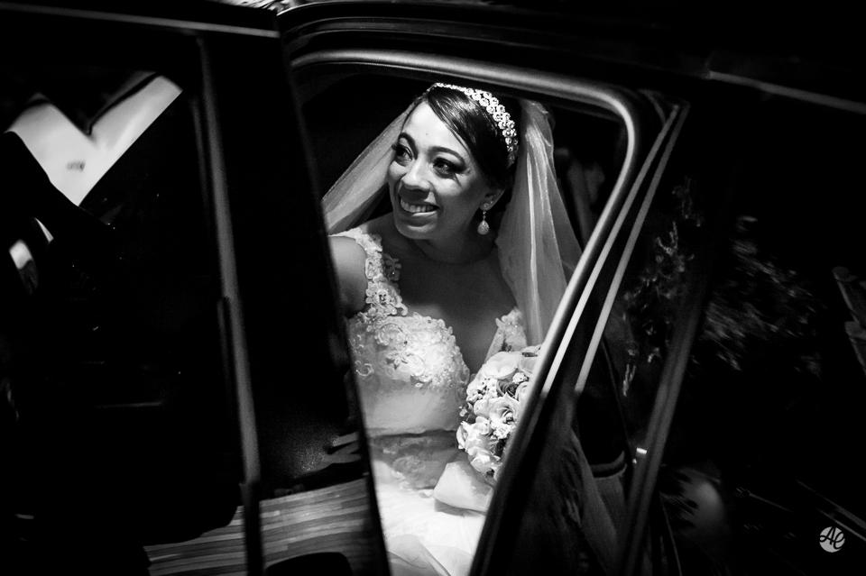 Fotografia de Casamento no Rio de Janeiro. Fotógrafo de Casamento RJ. Making Of da Noiva. Noiva saindo do carro.