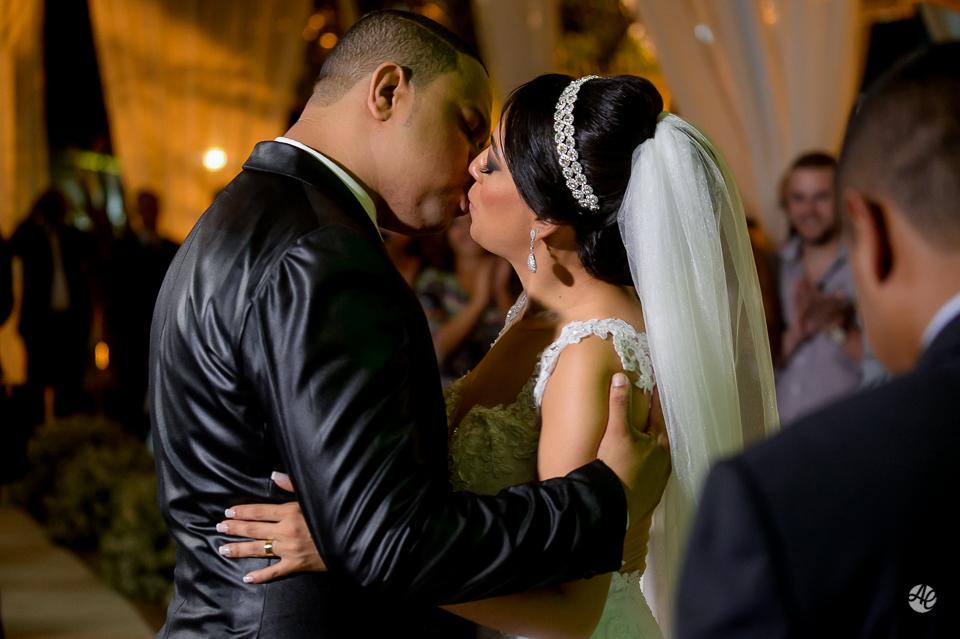 Fotografia de Casamento no Rio de Janeiro. Fotógrafo de Casamento RJ. Cerimônia de Casamento no Espaço único. Beijo dos Noivos