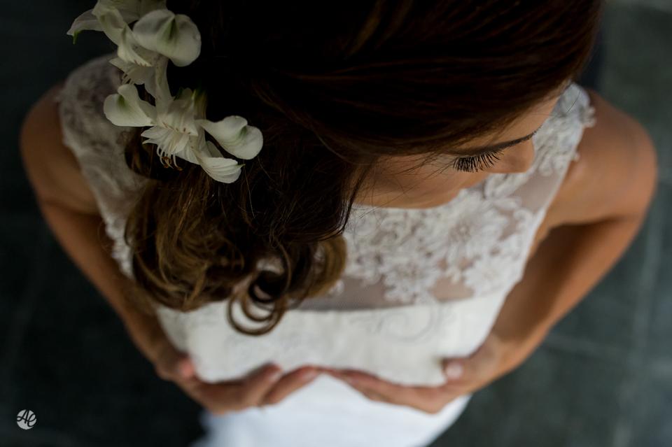Noiva se vestindo. Making Of da Noiva. Fotografia de Casamento em Niterói, RJ. Casamento Guardenya Bech Club em Niterói por Adriano Cardozo