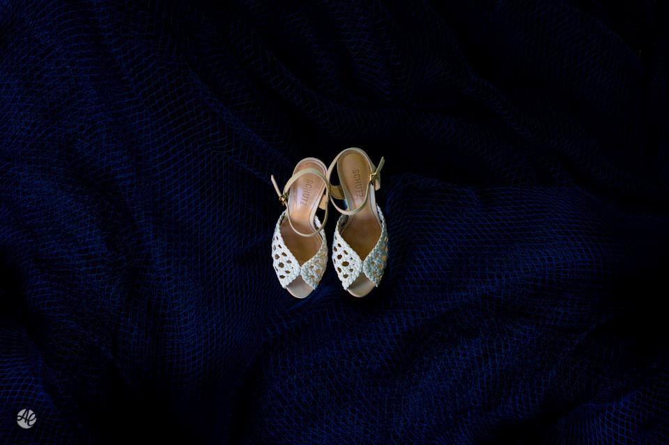 Sapato da Noiva. Fotografia de Casamento em Niterói, RJ. Casamento Guardenya Bech Club em Niterói por Adriano Cardozo