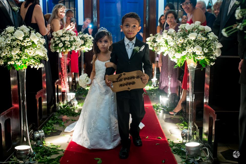 Entrada da Daminha e Pajen. Fotógrafo de casamento do Rio de Janeiro. Casamento na Igreja Nossa Senhora da Penna por Adriano Cardozo