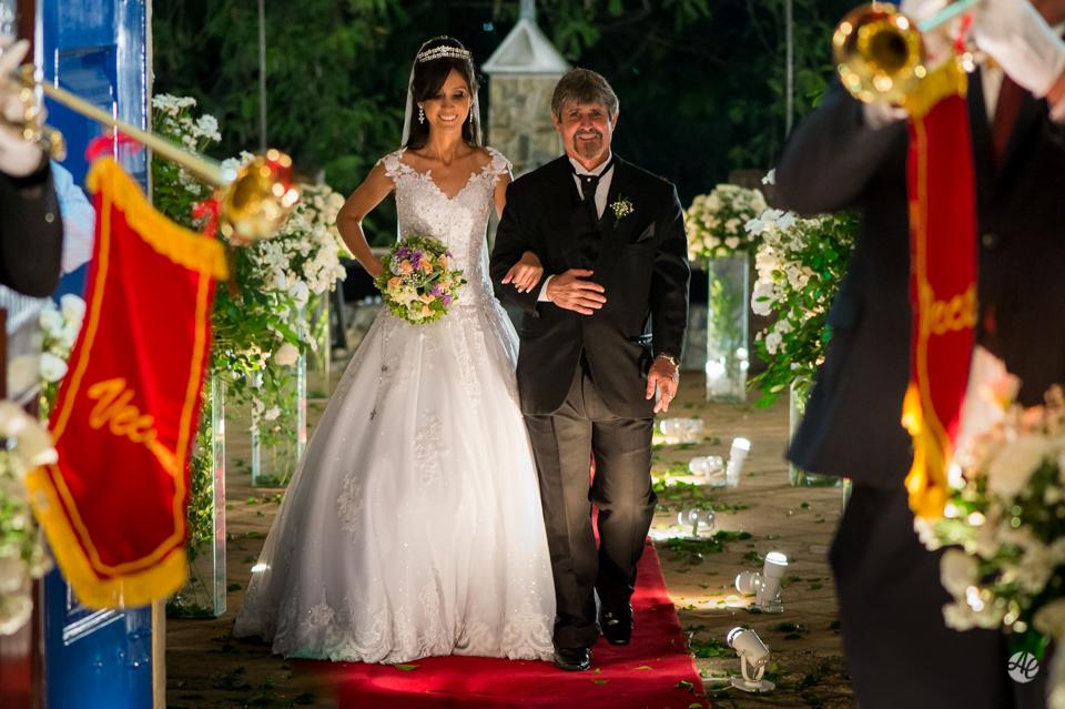 Entrada da Noiva. Fotógrafo de casamento do Rio de Janeiro. Casamento na Igreja Nossa Senhora da Penna por Adriano Cardozo