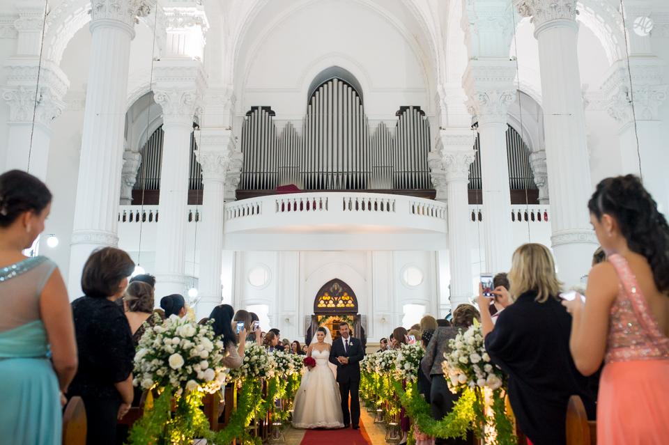 Casamento em Niterói, Rio de Janeiro. Cerimônia na Basílica Nossa Senhora Auxiliadora, no Colégio Salesiano, em Niterói por Adriano Cardozo. Entrada da Noiva