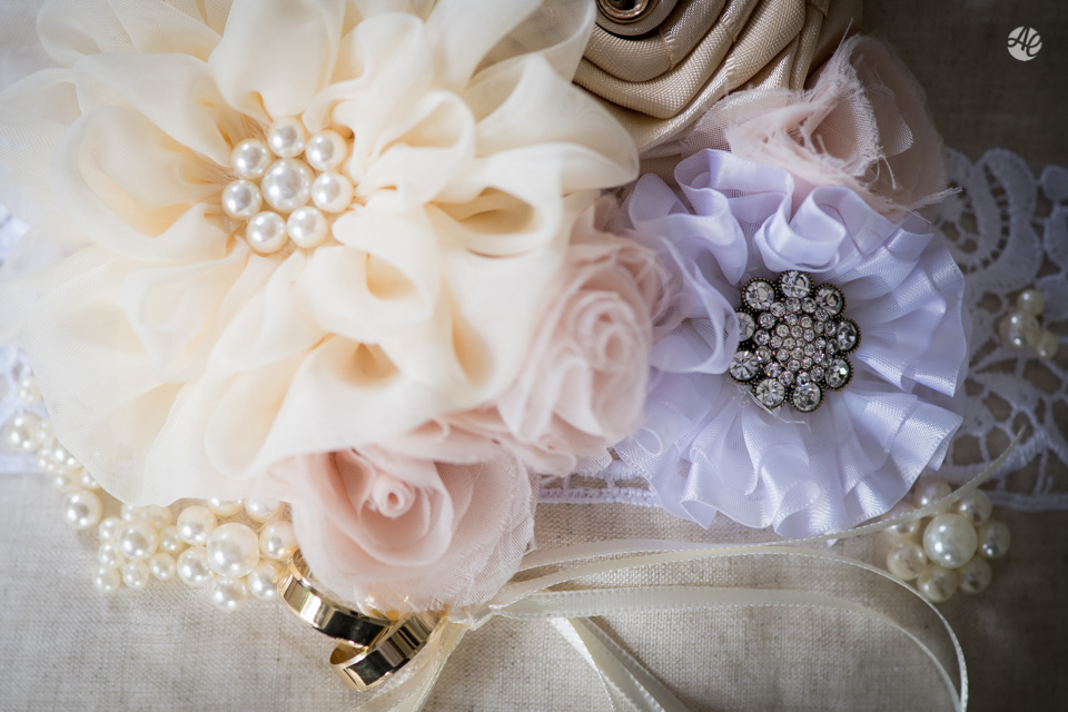 Casamento Stella e Bruno. Casamento realizado no Sítio White Pink. Makking Of da Noiva. Alianças da Noiva por Adriano Cardozo.