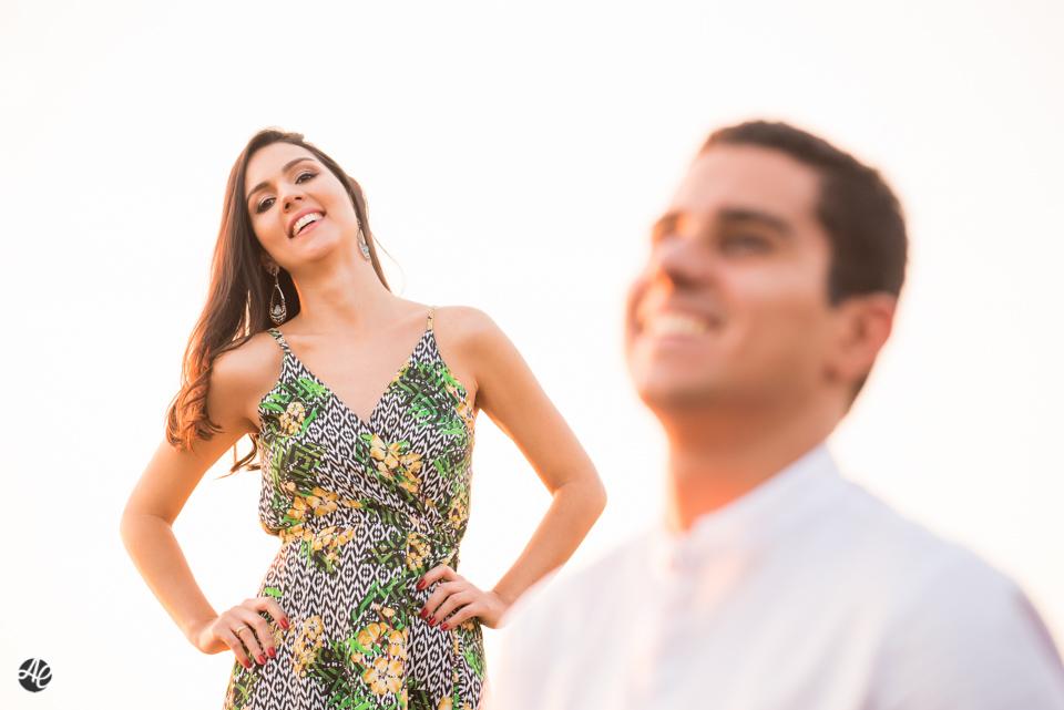 Casal sorri durante ensaio, realizado em Niterói, no Rio de Janeiro.