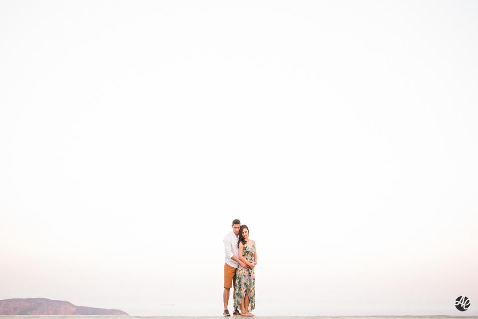 Tainá e Eric se abraçam durante sessão fotográfica, no Parque da Cidade.